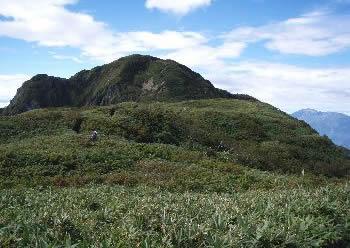 笹平から望む雨飾山の山頂