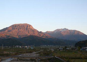 駒ヶ岳(左)、雨飾山(右)
