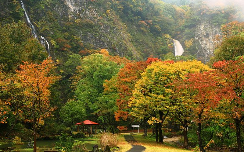 不動滝(右)と糸滝(左)