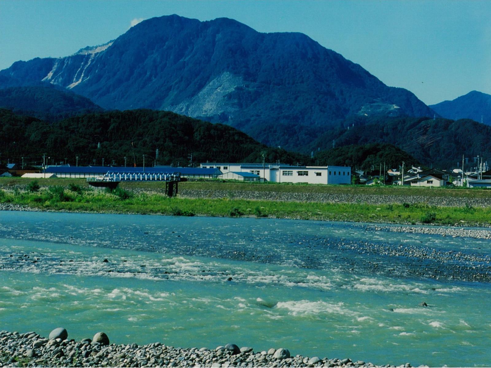姫川から黒姫山を望む