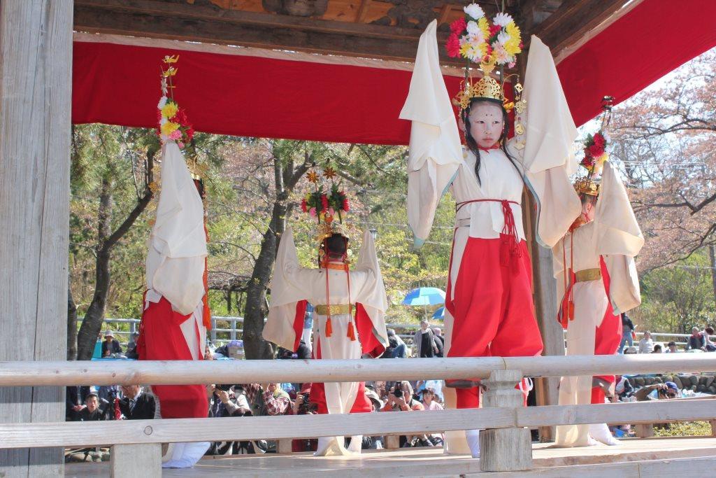 稚児が主役の舞が多く、特設された舞台で十一の舞が演じられる